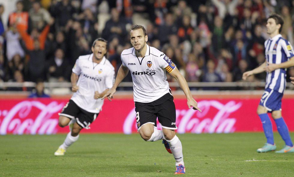 El Valencia gana con penalti injusto y en el último minuto