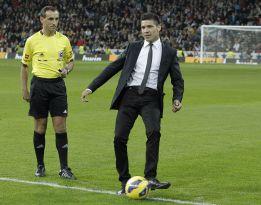 ''Maravilla'' Martínez realiza el saque de honor en el Bernabéu