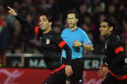 Arda Turan hace que el Atlético llegue por delante al derbi