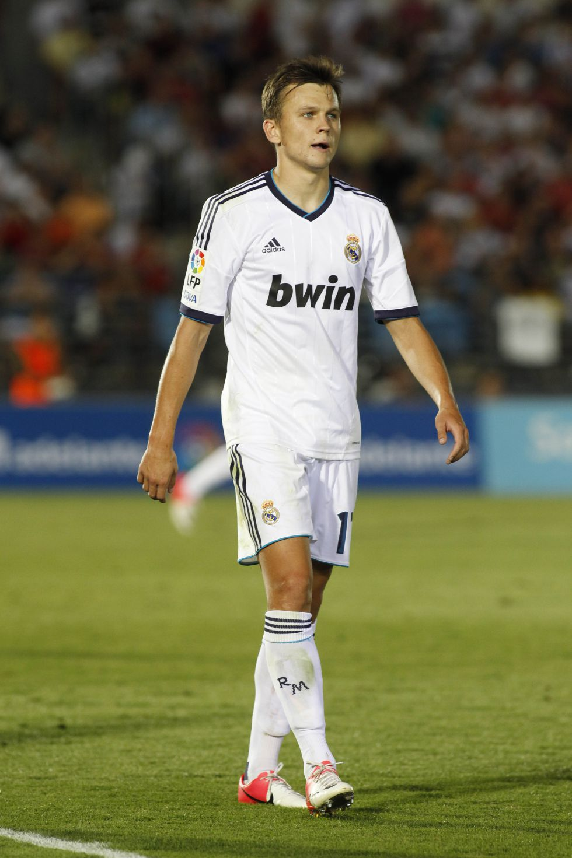 El Mirandés sobrevive al Castilla pese a jugar con diez media hora