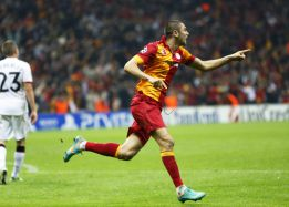 El Galatasaray gana al United y se reafirma como segundo