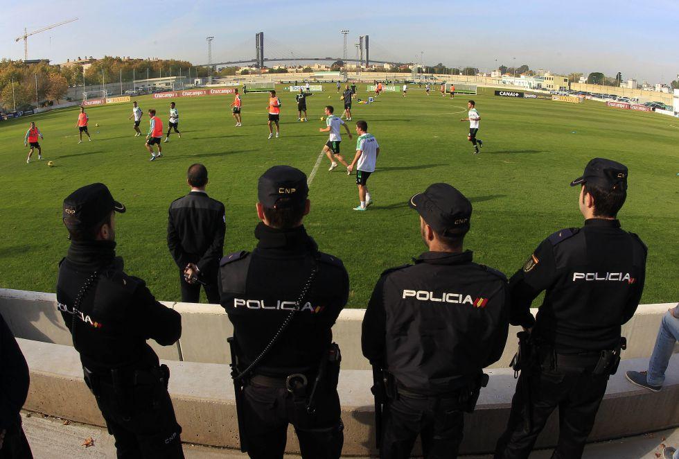 Tensión en el entrenamiento del Betis: la afición acusa al plantel