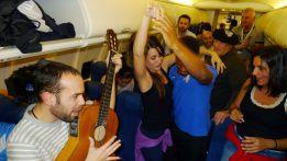 El Málaga celebró en pleno vuelo su éxito en Europa