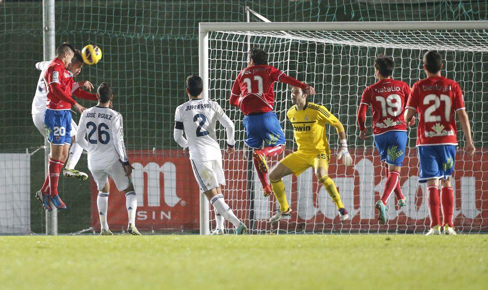 Julio Álvarez da tres goles y desnuda al frágil Castilla