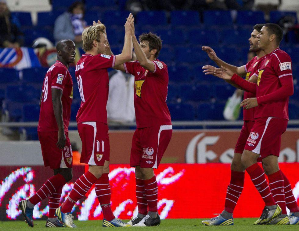 El Sevilla abusa de un Espanyol con diez y pasa a octavos