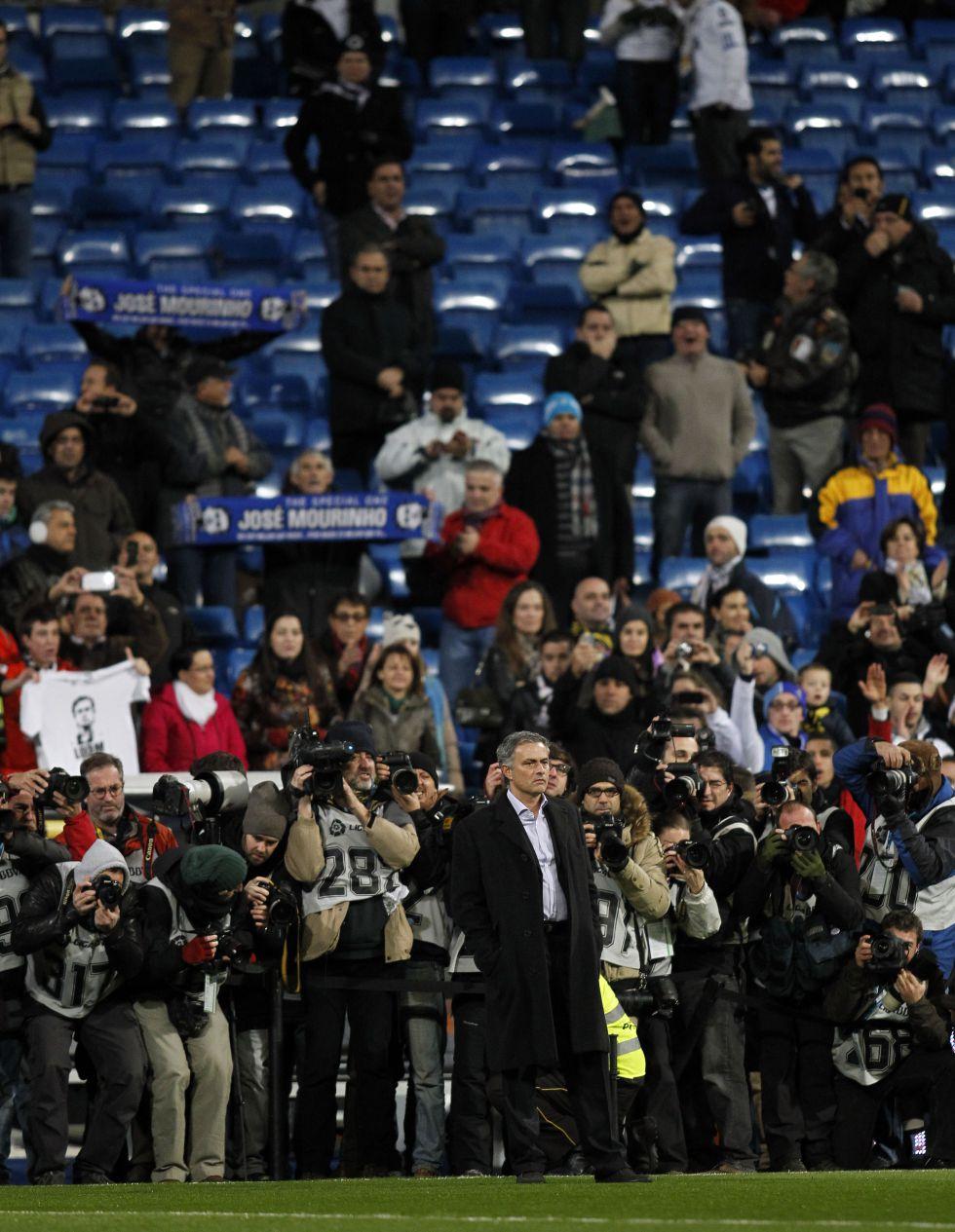 Ovación comedida a Mourinho cuando salió a las 21.20 horas