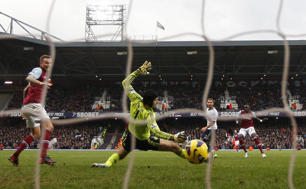 Cae el Chelsea de Benítez y Michu liquida al Arsenal