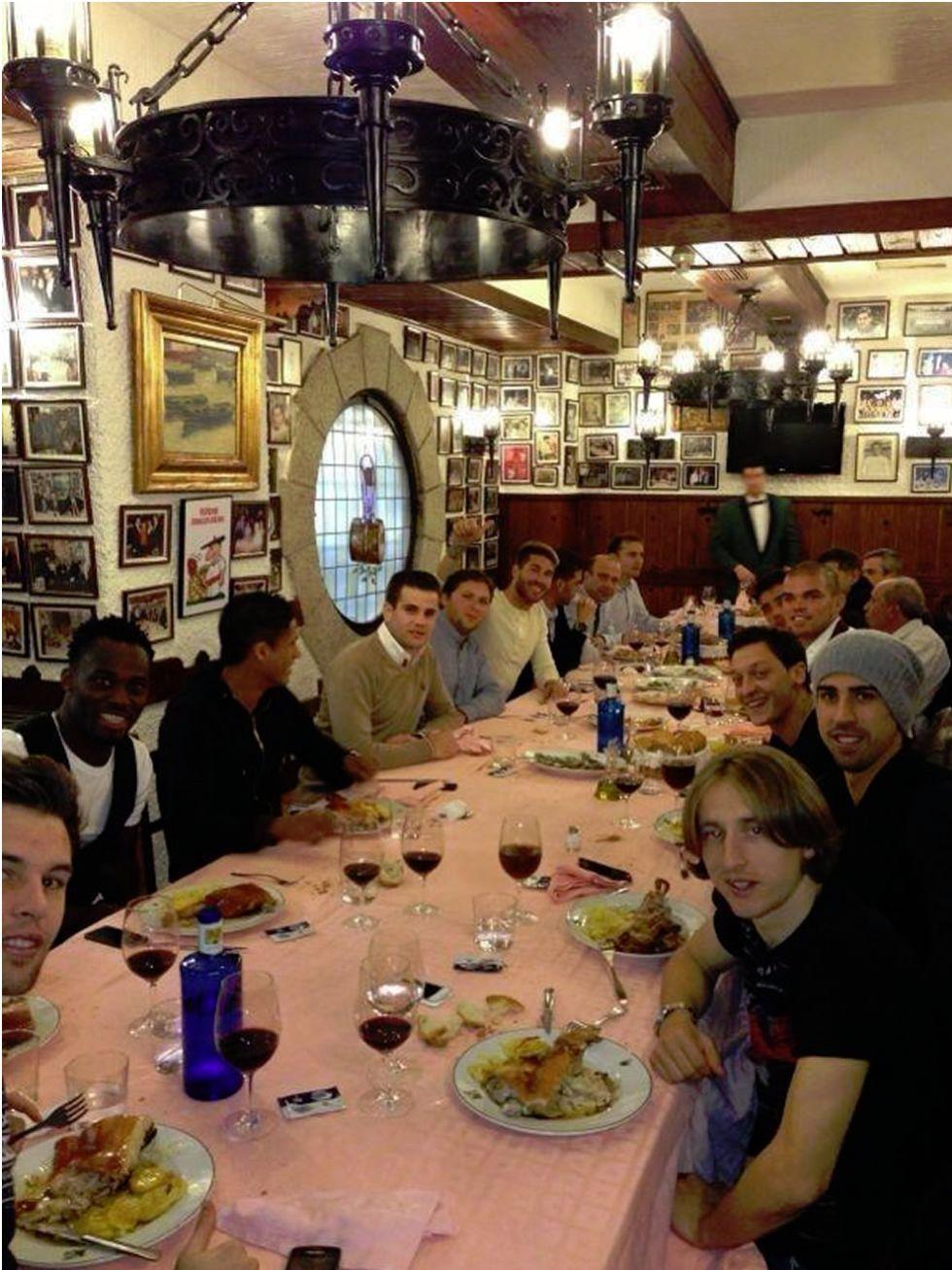 Comida de hermandad entre varios jugadores del Madrid