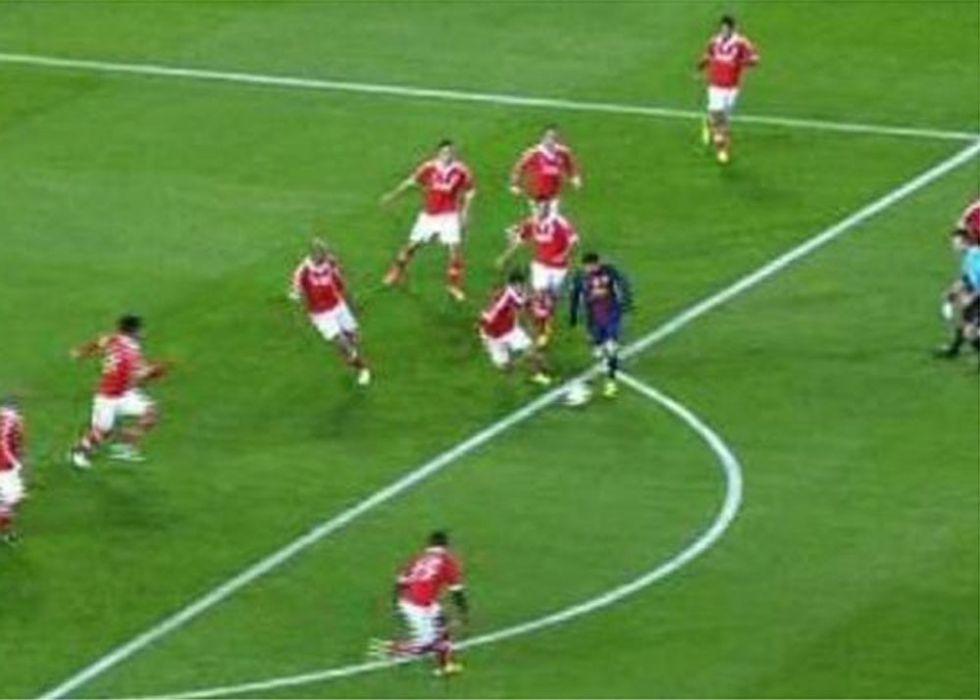 Messi, asediado por los diez jugadores de campo del Benfica