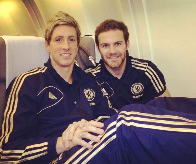Juan Mata y Fernando Torres posan antes de volar a Japón