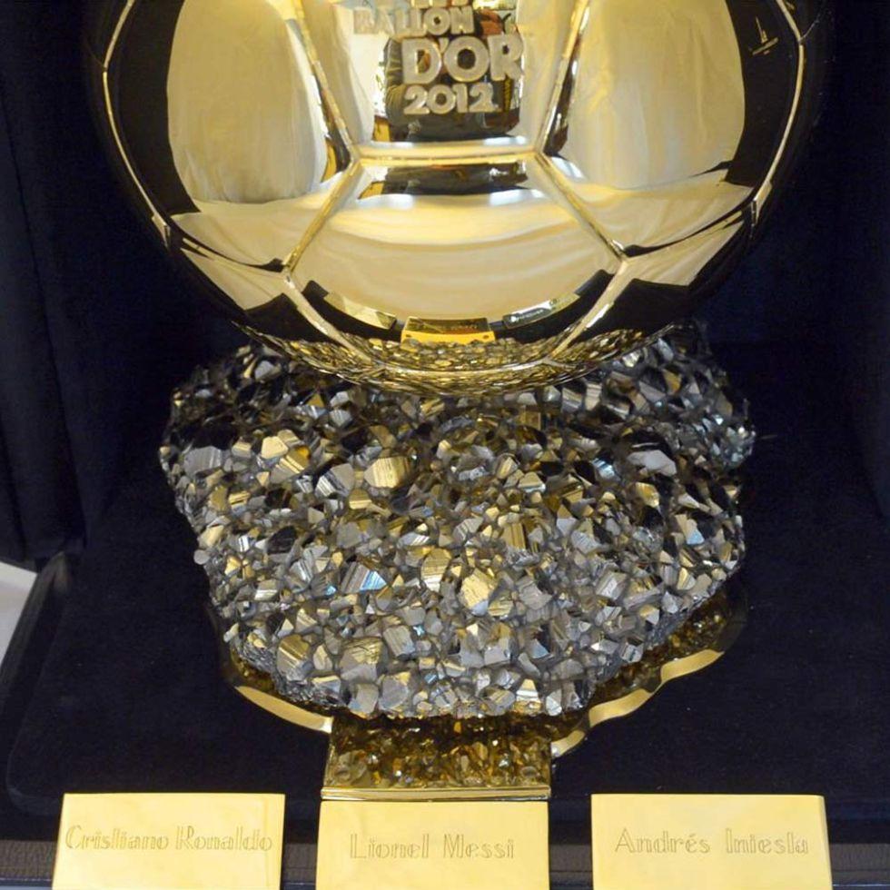 ¿Por qué Messi está en el centro del trofeo del Balón de Oro?