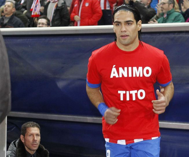 Los jugadores del Atlético lucen una camiseta de apoyo a Tito