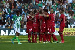 El Mallorca vence con ayuda y Caparrós coge aire ante el Betis