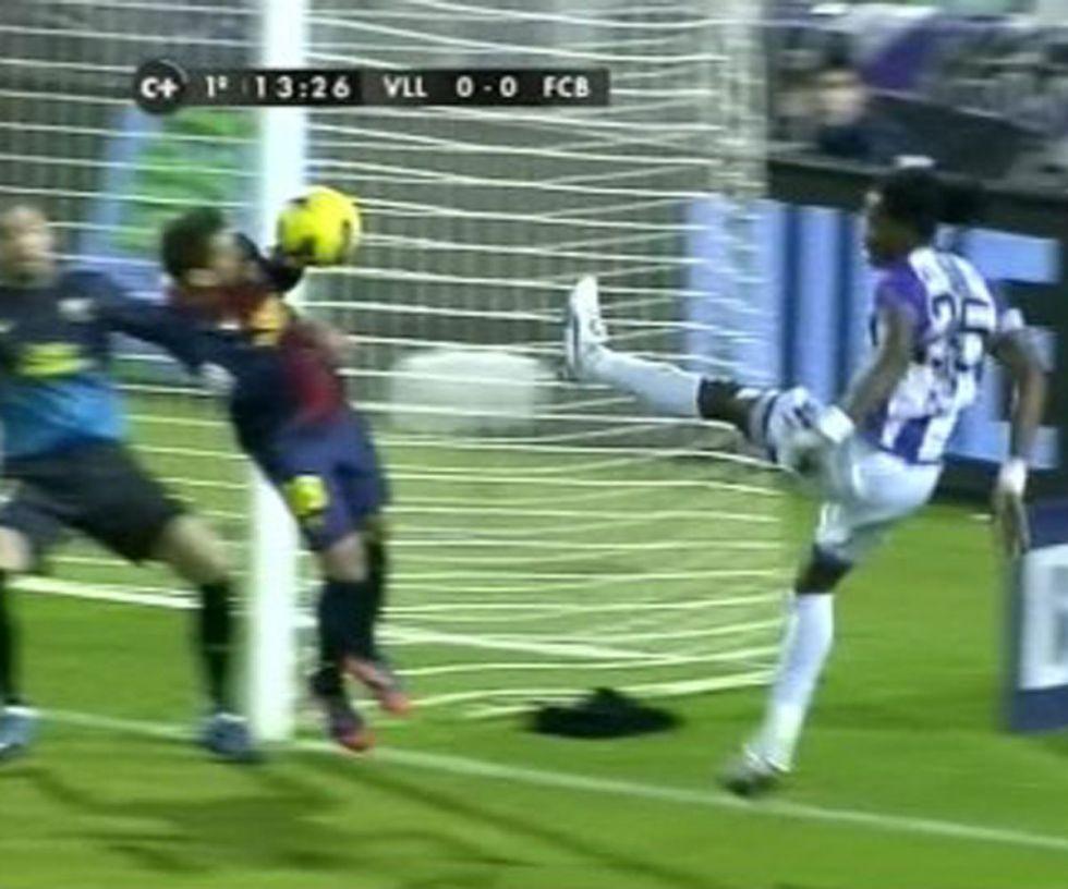 Clos se traga un penalti por mano de Jordi Alba en Zorrilla