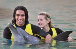 El Tigre Falcao y su esposa se bañaron con los delfines