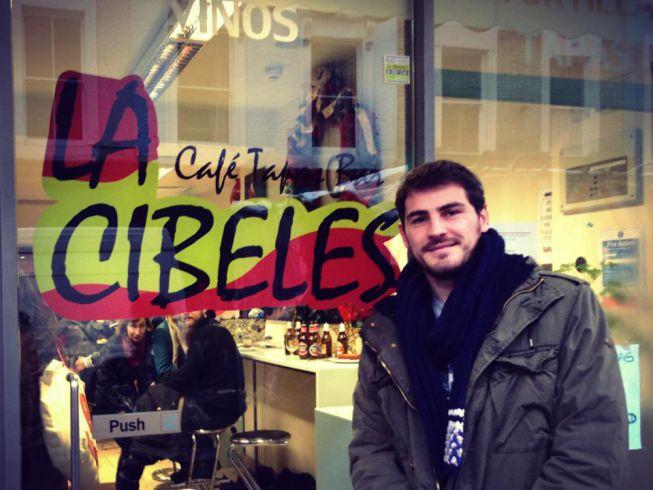 Iker Casillas visita La Cibeles... de Londres en sus vacaciones