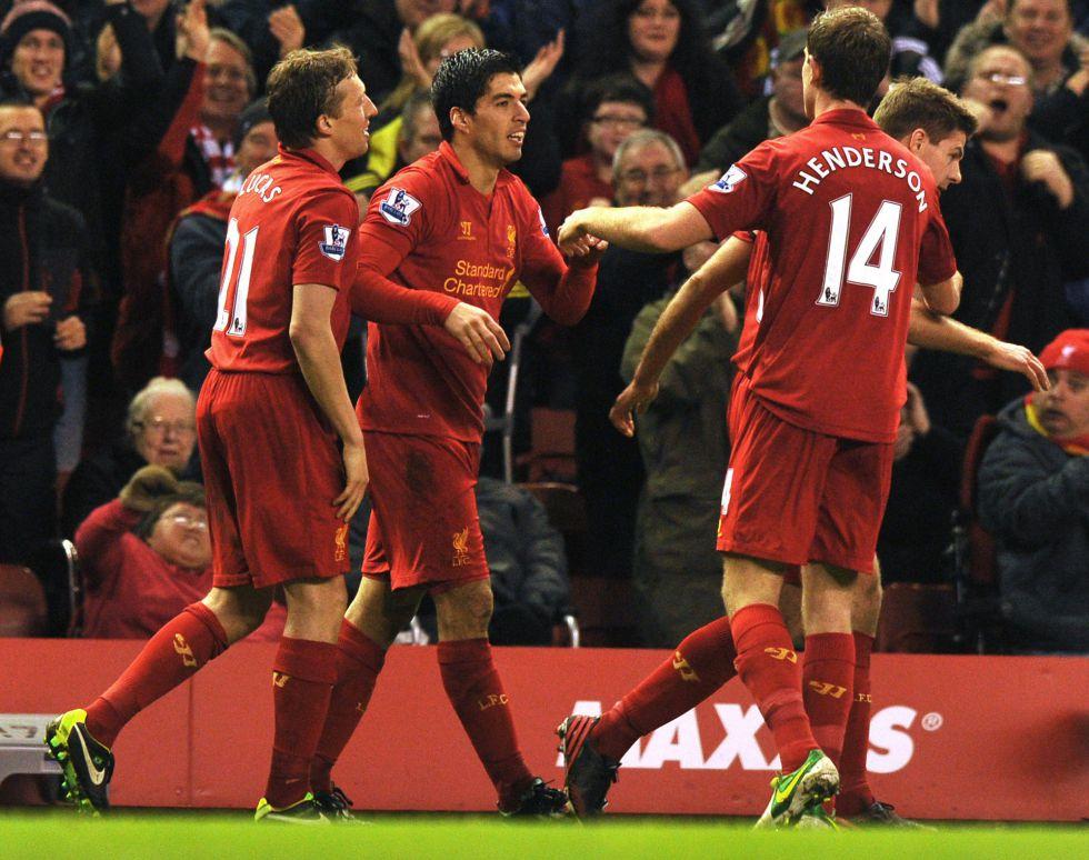 Luis Suárez lanza al Liverpool