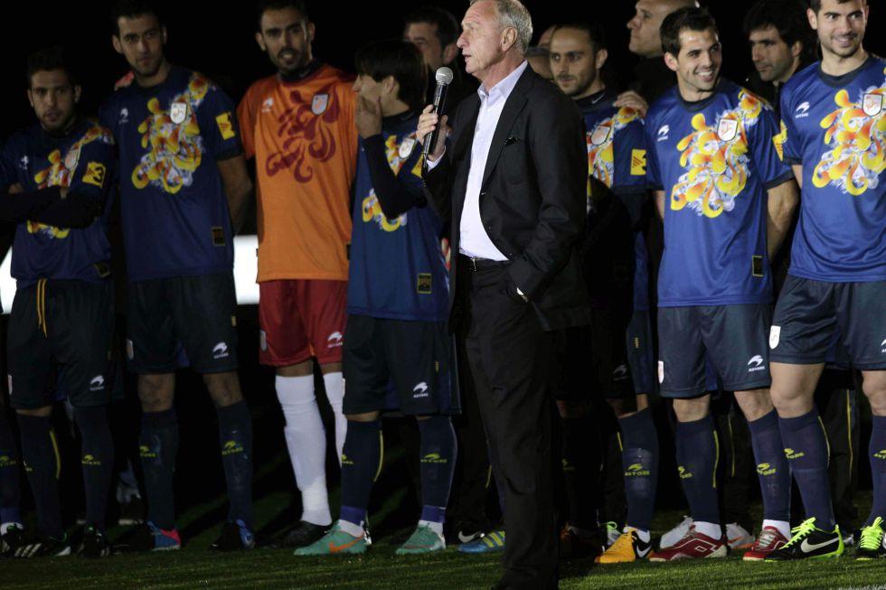 Mas agradece Cruyff su trabajo aunque le cueste hablar catalán