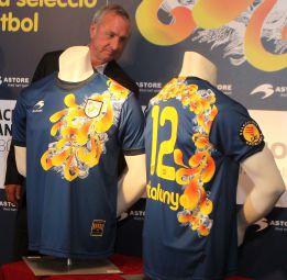 Johan Cruyff se jubila hoy en el estadio del Espanyol