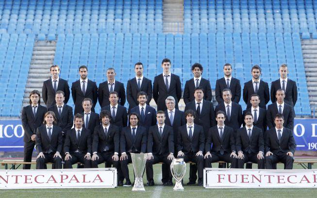 El Atlético luce traje y trofeos
