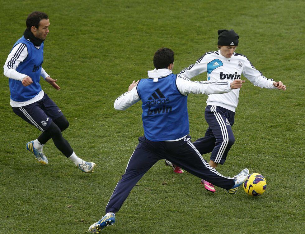 Modric podría salir y resurge el interés en el Kun, dice la prensa
