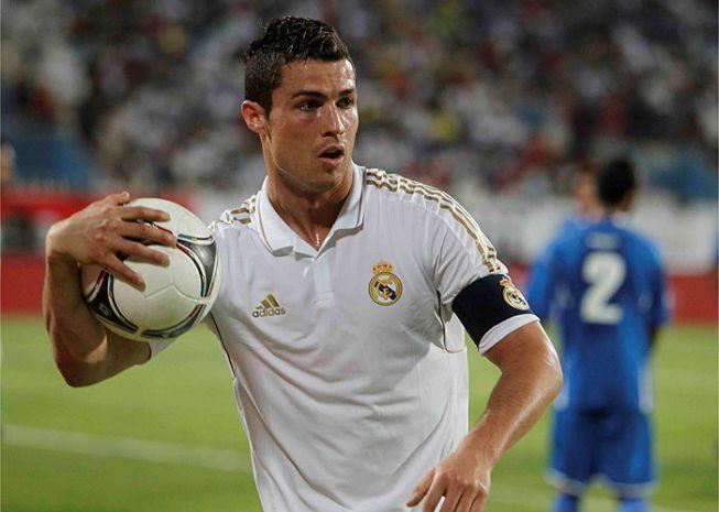 Cristiano, capitán por primera vez, ofreció el brazalete a Iker