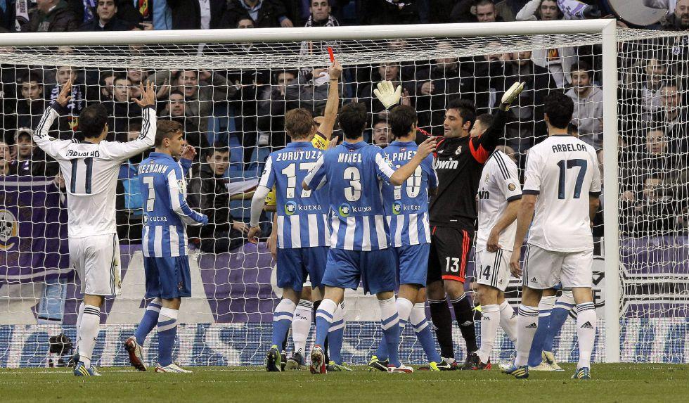 Adán fue expulsado en el 6' y el Bernabéu coreó a Iker Casillas