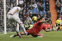 Claudio Bravo sufrió una rotura muscular leve en el Bernabéu