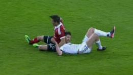 Una lesión en el cuello obliga a Xabi Alonso a ser sustituido