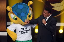 Ronaldo goleó a Fuleco, la mascota del Mundial 2014