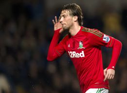 Michu conquista Stamford Bridge y encarrila la eliminatoria