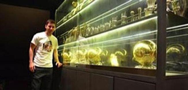 Messi y su vitrina de trofeos