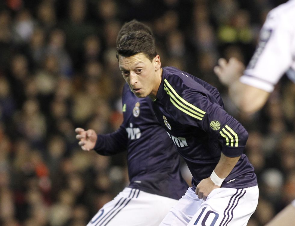El violín de Mesut Özil sonó en mitad de una gran tormenta