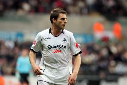 Ángel Rangel, del Swansea, triunfa dentro y fuera del campo