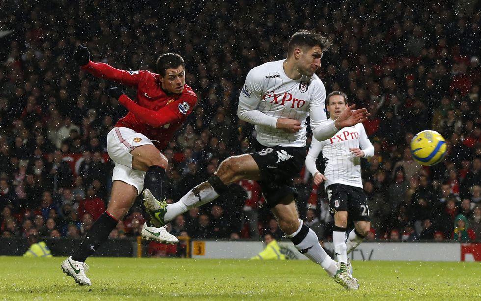 Buen doblete de Chicharito en el pase del Manchester United