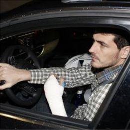 La DGT no denunciará a Iker por conducir con la mano escayolada