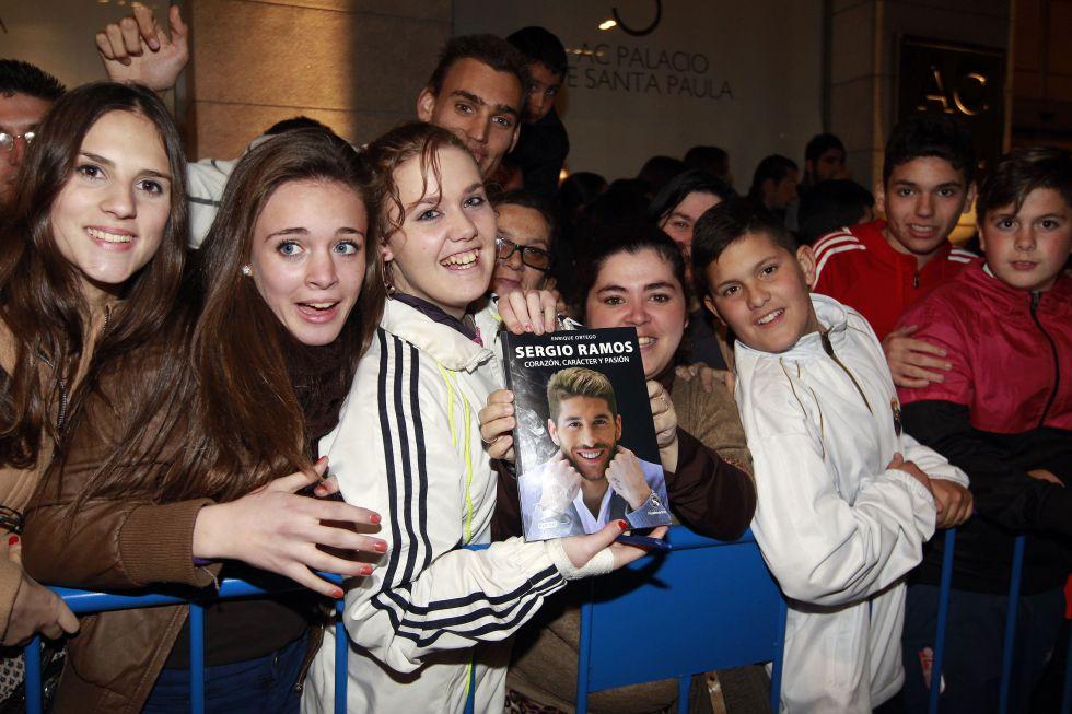 El Real Madrid, aclamado por 1.000 aficionados en Granada