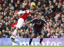 Monreal debuta, decide Podolski y el Chelsea cae en el minuto 90