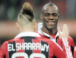 Balotelli da la victoria al Milán en su debut con un doblete
