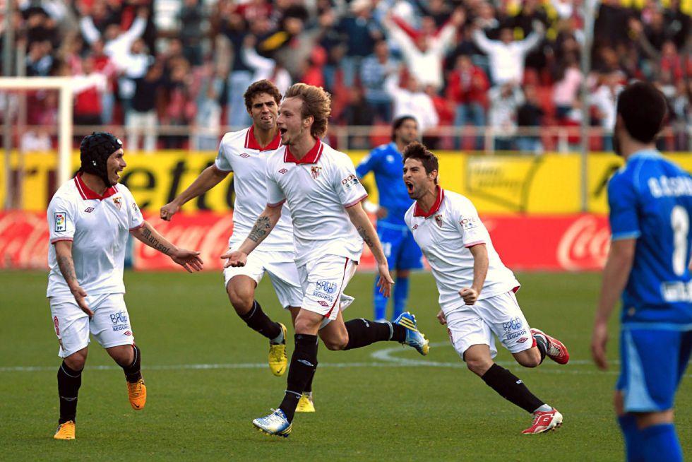 Negredo resucita y lanza al Sevilla ante un buen Rayo
