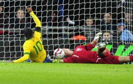 Wilshere amarga el debut de Scolari y la vuelta de Ronaldinho