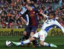 Iniesta dirige el festín del Barça