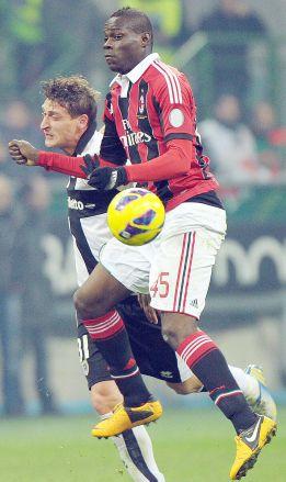 El Milán gana al Parma pero no inquieta al Barcelona