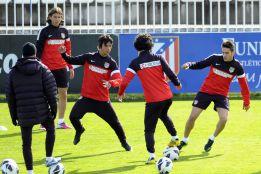 El Atlético se entrena en dos grupos preparatorios