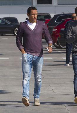 Adriano causó baja para el partido contra el Sevilla