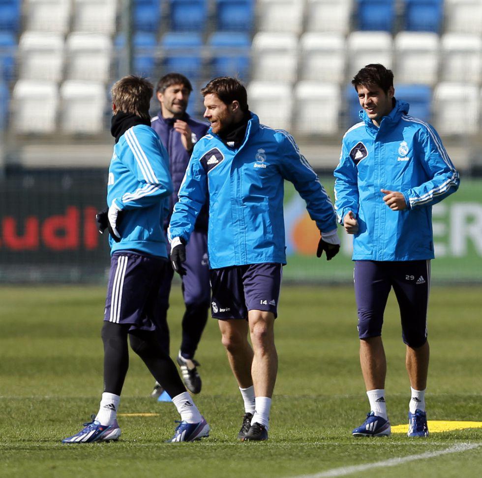 Xabi Alonso volvió a entrenarse y será titular ante el Barça