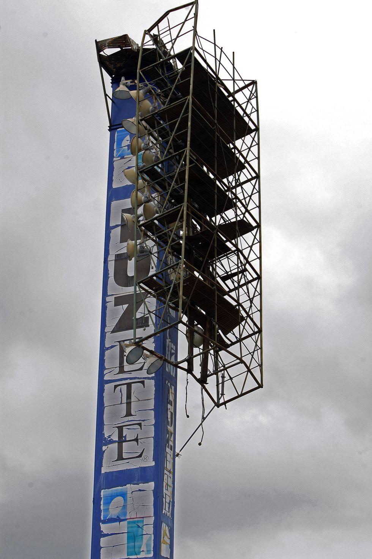 Lluvia y viento dificultan la retirada de la torre de luz