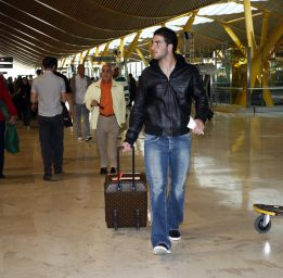 Gonzalo Higuain filmed in Madrid airport, now heading to London to sign for Arsenal [Video]