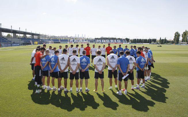 Los jugadores del Real Madrid guardan un minuto de silencio
