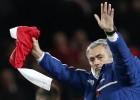 Mourinho se lleva el triunfo del Emirates... y la camiseta de Özil